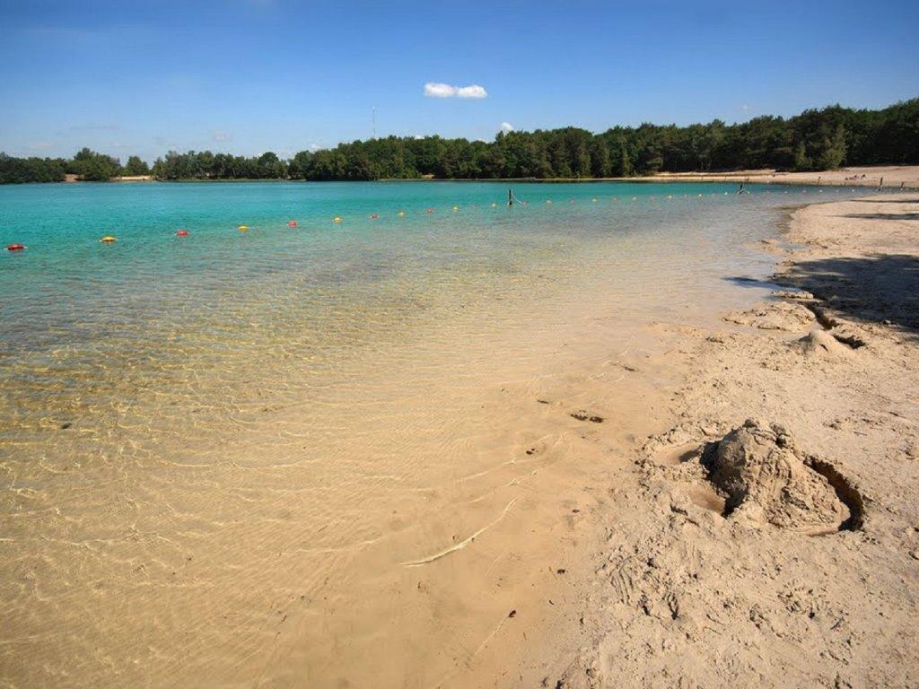 Zandkasteel bouwen, gewoon aan de waterkant liggen of zwemmen in het kalme water van ''Het Blauwe Meer''...