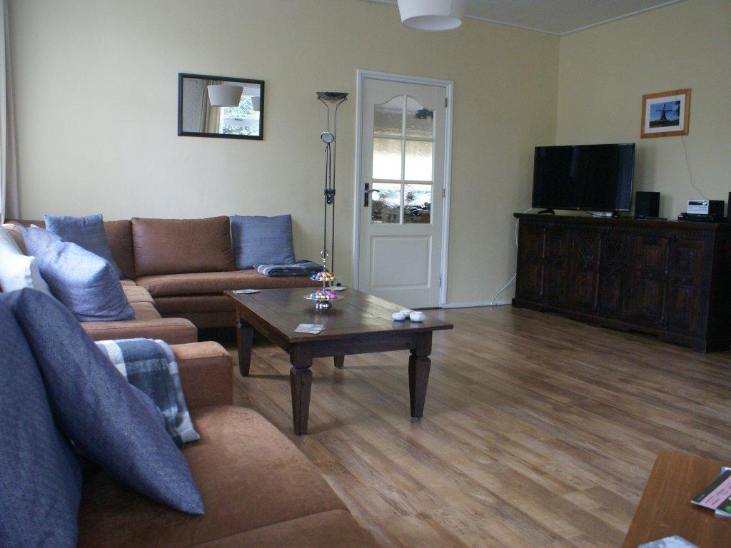Grote woonkamer met SMART tv, Microsysteem, WIFI...en genoeg zitruimte voor iedereen