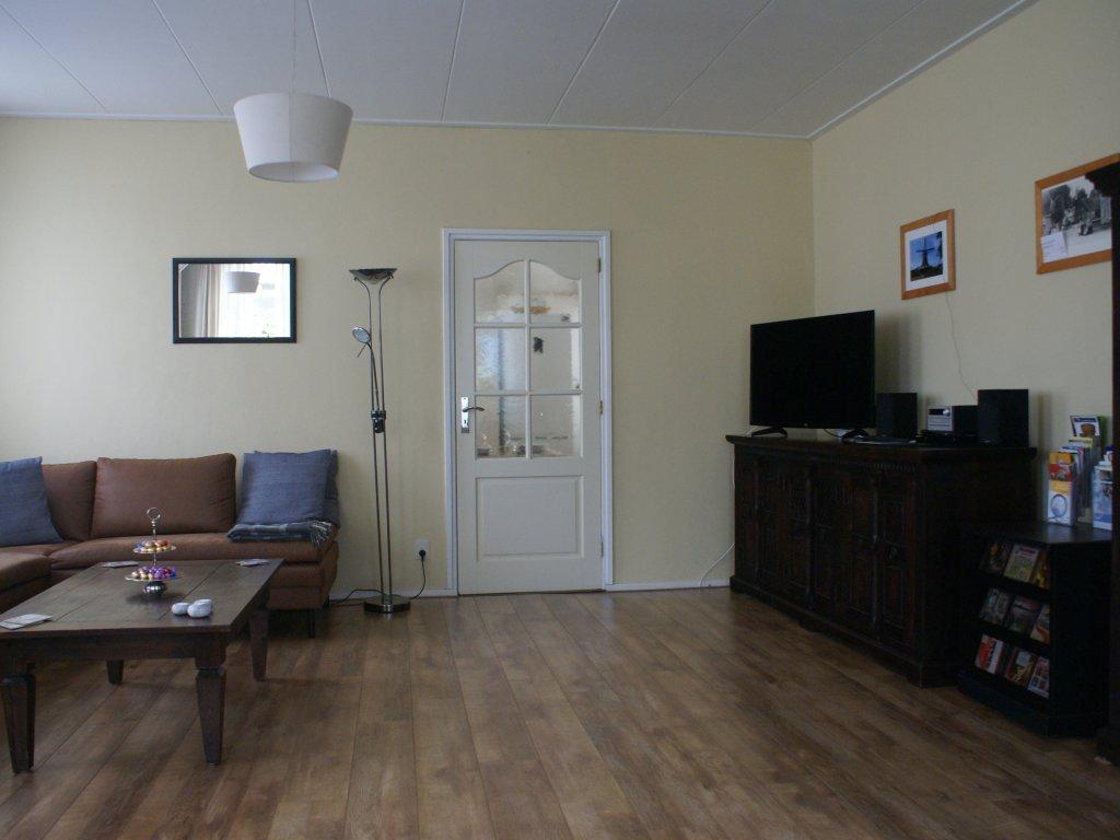 De ruime woonkamer van alle gemakken voorzien!