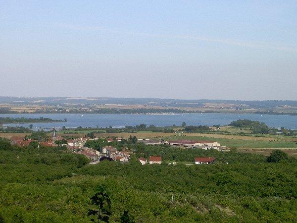 Lac de Mandine vanaf heuvel bij Heudicourt