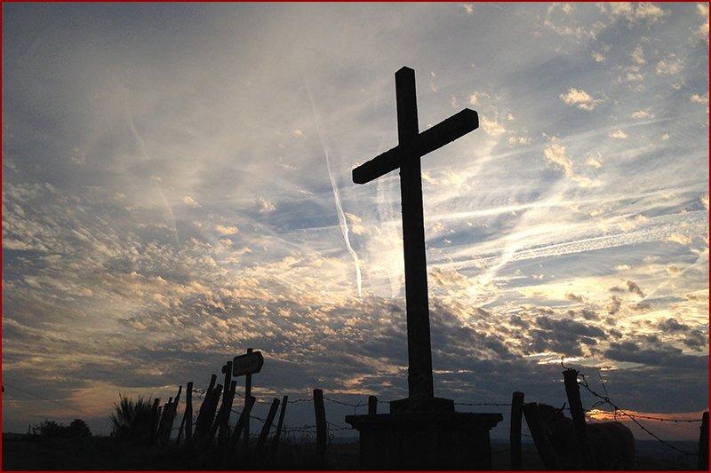 Aangekomen bij het kruis....   dan ben je er bijna.