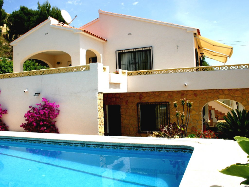 Overview: swimming pool and two floors